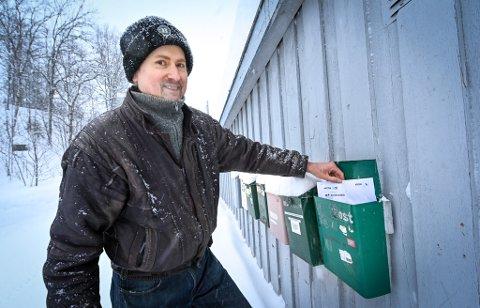 Steinar Øverdal får stadig feiladressert post i postkassa si på Skonseng.