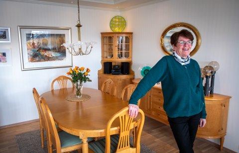 Her pleier ekteparet Mariann og Gunnar Karoliussen å spise middag mens de nyter utsikten.