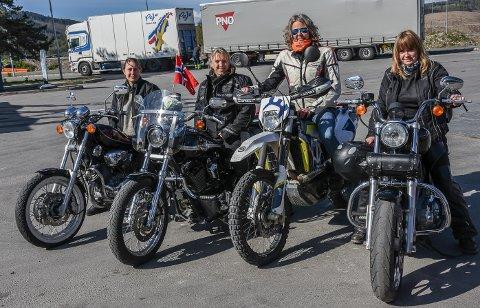 Klare for avreise: Aina Hansson, Yvonne Johansen, Grethe Iversen og Irene Stegane var bare noen av mange damer som deltar på Women Riders World Relay. De fire hadde ikke møtt hverandre før like før avreisen.