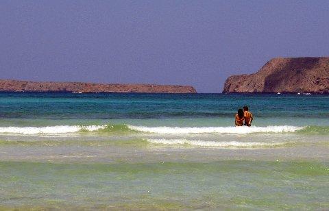 Kreta, Hellas 20040720. Et forelsket par på vei stranden i Balo bay, hvor også Diana og prins Charles tilbragte flere dager under sin bryllupsreise. Ferie, sommer,  turisme, strand, forelskelse samliv. Syden. Sydenturer. Foto: Gunnar Lier / Scanpix