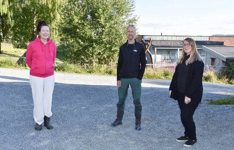 JUBILEUM: Åsen skole i Åsmarka er 125 år i år, og FAU ved Åsen skole og bygdeutvalget i Åsmarka går sammen om å lage en jubileumsfeiring. Fra venstre: Anya Bratberg, Torjus Aaseth og Elisabeth Buen.