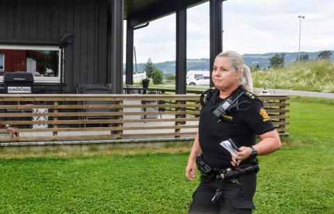 På plass: Jane Brennhagen i politiet på plass ved eiendommen i Moelv.