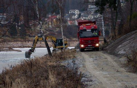 Her skal det bli ny, asfaltert gangvei. Nå er arbeidene i gang, i regi av Stiftelsen Glatved brygge.
