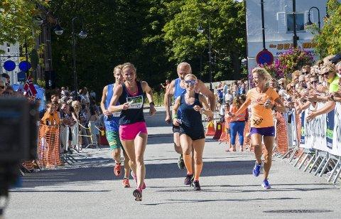 Laget Sløyfa løper til mål på fjorårets Ringeriksmaraton. Laget vant miks-klassen for åttemannslag.