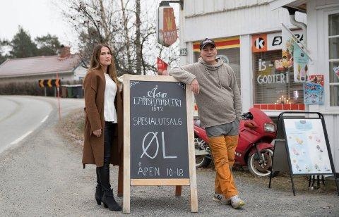 LANDHANDEL: Veslemøy Urdal Røseth Hansen og Thomas Røseth Hansen driver Åsa Landhandleri, som er blitt en spesialbutikk for øl.