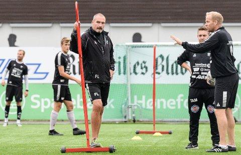 GIR IKKE OPP: HBKs hovedtrener Frode Lafton er sterk i troen på HBK under hans trenerteams ledelse kan berge plassen. Her sammen med assistenttrener Lars Lafton.