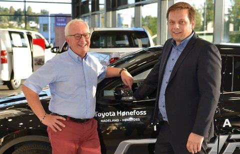 TAR OVER: Runar Johannessen (til venstre) takker for seg som Toyota-direktør, og Torgrim Klokkervold tar over.