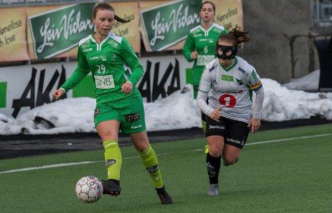 MASKERT: Synne Hamborg måtte spille med ansiktsmaske på grunn av et nesebrudd, men lot seg ikke hemme av det.