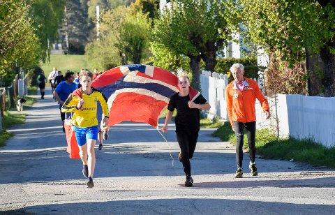 FLAGGBÆRERNE: Victor Jørgensen og Erik Fjellvang Lie var blant de raskeste - selv om de hadde et «seil» som bremset farten litt.
