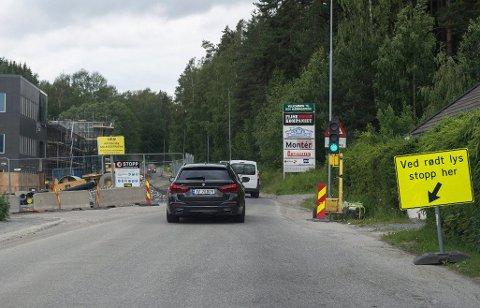 STENGER HELT: I dag er det lysregulering ved Ullerål skole, men fra mandag av stenger veien fullstendig.