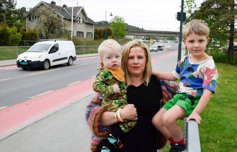 KORTEST: - Barn går korteste vei, påpeker Kristin Grov, her med guttene Kristian (10 måneder) og Sigurd (4) ved Hønengata.
