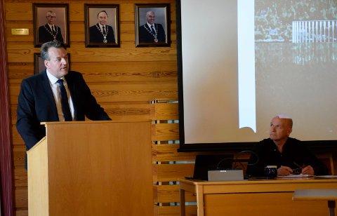 ADVOKATHJELP: Utstranda Vel stilte med advokat Ole Hauge Bendiksen da velforeningen fikk møte politiske ledere i Hole. Ordfører Syver Leivestad (H) nøyde seg med å være tilhører.