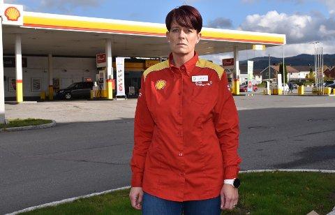 FORTVILER: Linda Moen Sjøvik, som er daglig leder for Shell-stasjonen i Hønengata, fortviler over at rånere forsøpler og bråker utenfor bensinstasjonen.