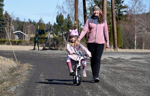 KJEDELIG: Mille (6) og mamma Ingrid Stabekk synes det er veldig kjedelig å øve på sykkel på en vei, som har vært så dårlig.