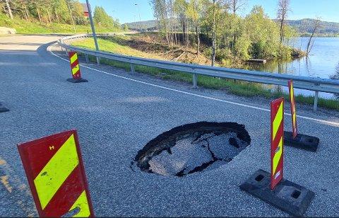 SYNKEHULL: Etter en sjekk er det ikke funnet noen feil i grunnen. – Det er et mysterium hvorfor hullet i fylkesveien oppsto, sier drift- og vedlikeholdsansvarlig Rune Myhre i Viken fylkeskommune.
