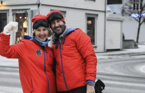 PÅ RJUKAN: Harald Rønneberg med e n deltager i Camp Grasrot på torget på Rjukan.