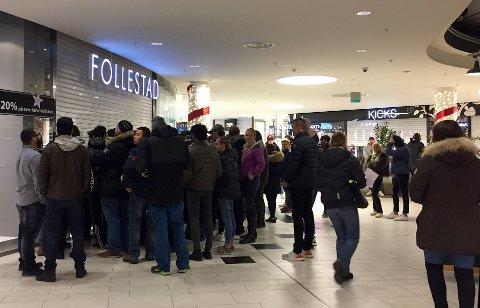 TILBUDSKØ: Slik så det ut på Follestad på Strømmen storsenter klokken sju under Black Friday i fjor.