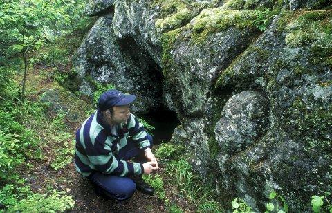 Vikingplass: På vei til badeplassen kan du ta en liten omvei om Piggåsen. Der finner du blant annet et klebersteinsbrudd fra vikingetiden. I fjellet ser du spor etter et gryteemne, som er forsøkt tatt ut.