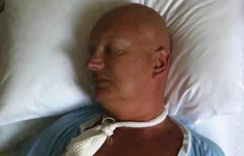 Jan har to ganger fått beskjed om å ta farvel med sine nærmeste. Her ligger han på sykehuset etter stamcelleoverføring i 2010.Foto: Privat