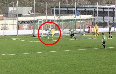 STOLPETREFF: Henrik L. Kristiansen har nok av mål å score på her, men klarer ikke engang å treffe innenfor stolpene.