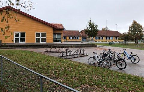 BEHOLDES: Gjerdrum barneskole beholdes i enda noen år, noe som begrenser en trinnvis utvikling av kvartalsstrukturen i området. Sentrumsplanen for Ask bør derfor revideres, mener posisjonspartiene.
