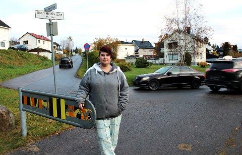 FARLIG FERD: Stine Tråstadkjølen i svingen der Ruth Maiers gate går over i Stalsbergenga. – Her har det de siste dagene vært en jevn strøm av biler, også store lastebiler. Mange åpner også bommen og tar gangveien i bruk, forteller hun.