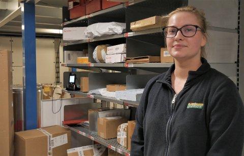 Assisterende butikksjef hos Joker Hektnersletta, Zuzanna Chomiszczak, tror ikke årets økte netthandel vil bli et stort problem.