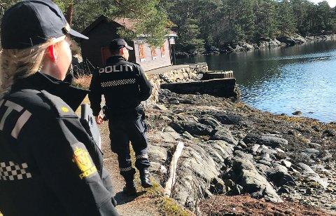 Os-politiet sjekker påbygde naust og fritidsboliger. Her fra en tur i forrige uke.