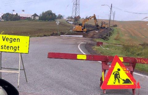 STENGT: Veien brukes av mange pendlere. Nå har den vært stengt i en uke allerede og den vil fortsatt holde stengt.