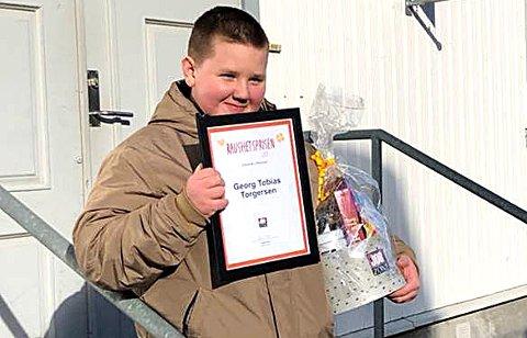 ENGASJERT: En stolt Georg Tobias Torgersen med diplomet som viser at han er årets lokale vinner av raushetsaksjonen.