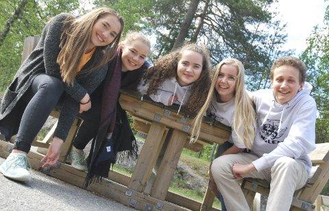 MOBILFRI: Selma Hanssen, Tina Svenkerud, Maya Saint-Victor, Andrea Dagsleth og Tim Matras i niende trinn på Røyken ungdomsskole.