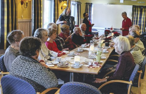 HYGGELIG: Tradisjonen tro samler Besøkstjenesten de eldre til ekstra hyggelig førjulstreff.Foto: Inger Ellen Grenne