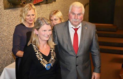 PÅ PLASS: Ivar Granum sørger for at ordførerkjedet blir hengt rundt halsen på ordfører Lene Conradi med hjelp av Monica Vee Bratlie og Eva Norèn Eriksen.