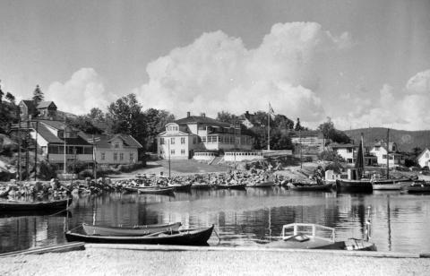 PERLE: Holmsbu Havn er en av mange perler som kan ses i Lions kalender for 2021. Bildet er fra 1930.