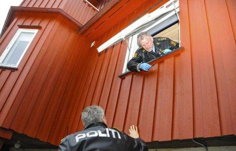 INNBRUDD: Kjetil Midtkandal (øverst) og Steinar Inselseth i politiet lette etter spor etter et husinnbrudd for en tid tilbake. Tar du forhåndsregler kan du få tyvene til å velge et annet hus enn ditt. Illustrasjonsfoto: Sigurd Øie
