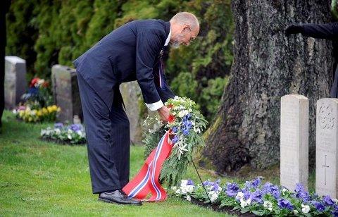 MINNEMARKERING: De alliertes graver ble bekranset av Bjørn Hoelseth ved en tidligere markering 17. mai.