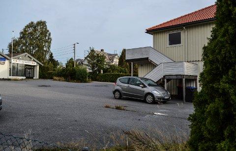 BYGGEPROSJEKT: Nå foreligger det reviderte planer for boliger og næring på denne tomta ved Soleveien/Hystadveien.