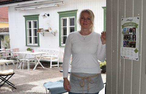 LITT FÆRRE GJESTER: Lotte Gaarder i Bakården Café har inntrykk av at det har vært noe færre turister i byen denne sommeren sammenliknet med fjorårets. Likevel kan hun notere en vellykket sesong med utsolgte konsertbilletter nesten hver gang. FOTO: Vibeke Bjerkaas