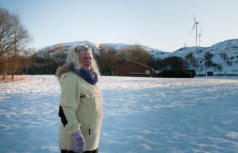 Irene Sjødin har vært Tv-vakt i store deler av desember. Nå fungerer Tv-signalet igjen, men det er kun fordi vindturbinene har stoppet.