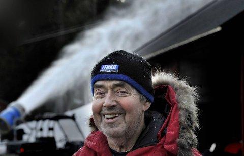 Leif Skaar kjører snøproduksjon og kan snart åpne alpinsenteret.
