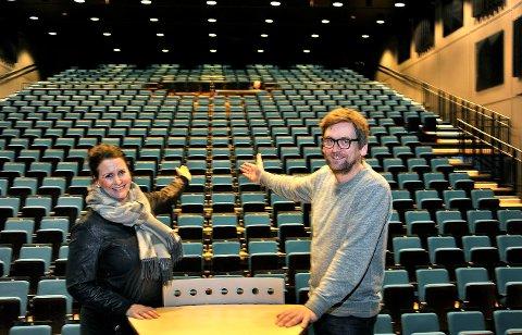 Planlegger framtiden: Therese Thorbjørnsen og Halvor Titlestad er enige om at det er viktig å ta vare på det lokale kulturlivet, når man nå vurderer framtidig driftsform for Sarpsborg scene.