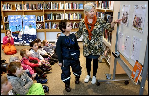 Lesestund: Mohammed fra Lande SFO sammen med Tine Didriksen, ledende barnebibliotekar ved Sarpsborg bibliotek.