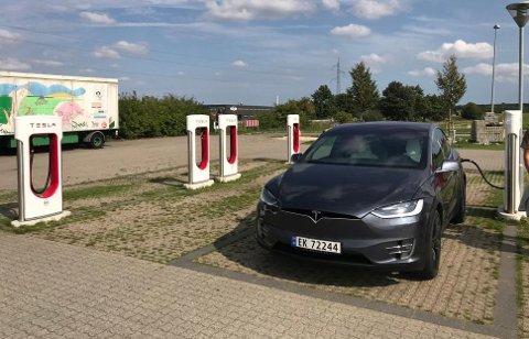 På Teslas superladere i Danmark og Tyskland var vi ofte eneste bil til lading.