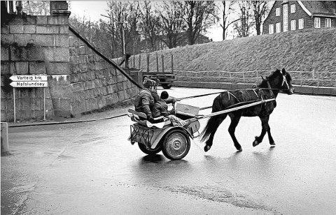 Oljekrisen som rammet store deler av verden vinteren 1973-74, preget også hverdagen til folk i Norge. I Sarpsborg som ellers i landet førte begrenset tilgang på bensin til mye oppfinnsomhet. (Foto: Jarl Morten Andersen)