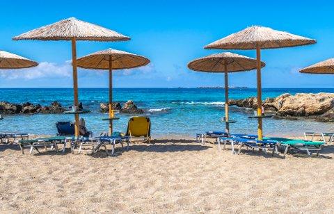 Tomme solsenger på Kreta som snart kan fylles av nordmenn. Kreta er blant flere europeiske ferieøyer som fra mandag av er grønne for nordmenn.