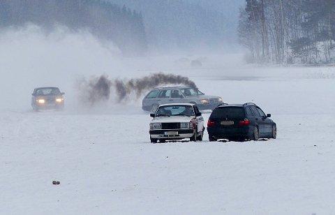 Bilene som kjører rundt på isen gjør det umulig for innbyggerne rundt sjön Töck å bevege seg på det frosne vannet.