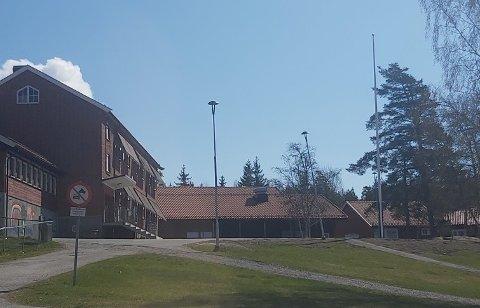 Flagget mangler ved Båstad skole på den nasjonale flaggdagen 8. mai.