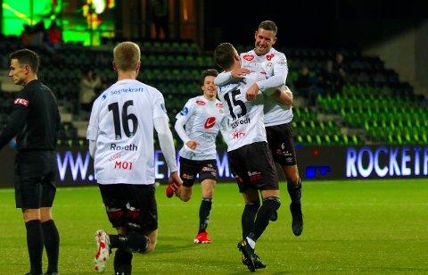 JUBEL: Steffen Ernemann var hoppande glad då Joachim Soltvedt scora Sogndal sitt tredje mål i 4-0 sigeren over Jerv søndag.