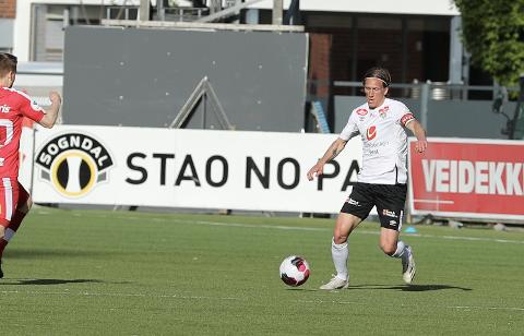 SEIG START: Per-Egil Flo (32) hadde kapteinsbindet rundt armen, men fekk elles ingen lukkeleg start på sin andre periode som Sogndal-spelar.