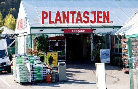 PULJEVIS: Plantasjen holder åpent som vanlig under korona-krisen, og det gir utfordringer. I noen butikker må kundene slippes puljevis inn. Foto: Gorm Kallestad (NTB scanpix)